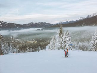 2 skiers chatting